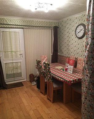 英夫妇蜜月回家发现新房被圣诞彩纸裹满