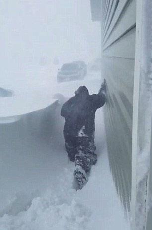 超强冷空气席卷美国 强降雪封锁民宅