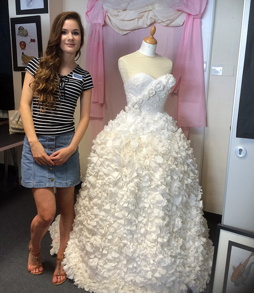 英女生用卫生纸制成精美婚纱令人赞叹不已