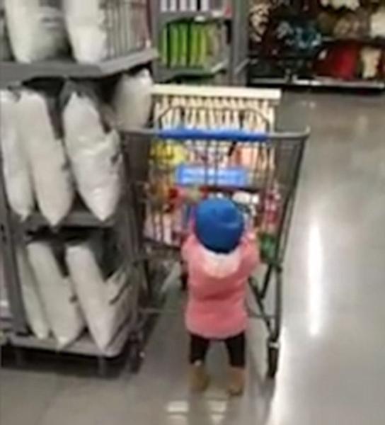 美国一女童推手推车购物乱撞视频走红网络