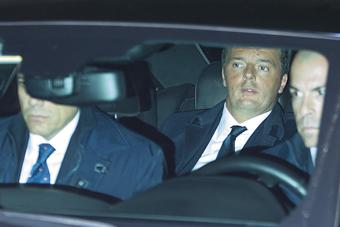 意总理伦齐正式辞职 乘车离开总统府