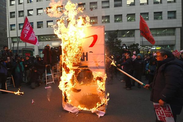 韩民众包围国会要求弹劾朴槿惠 焚烧执政党标识