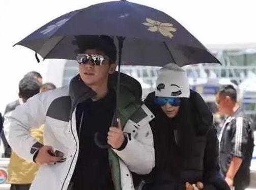 李晨给范冰冰打伞太自私 不结婚是对的