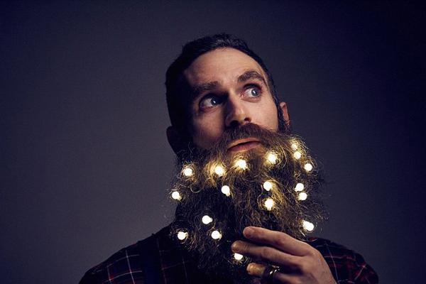 圣诞新玩法:胡须上挂多彩LED灯