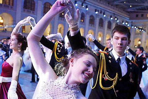 克里姆林宫举办军官舞会 帅哥美女如云
