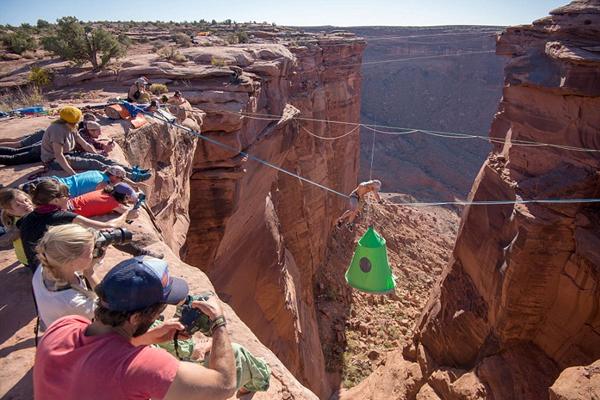 世界最惊险露营:百米悬崖间搭悬空帐篷