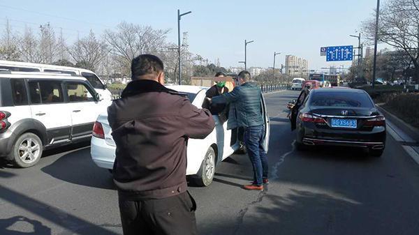 女子被胶带绑手封嘴探身求救 城管截车