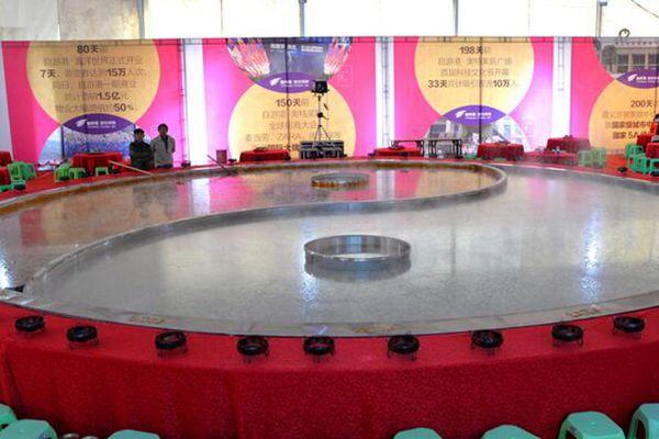 贵州遵义举办千人刨锅宴 刨锅口径达12米
