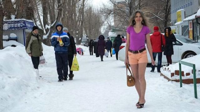 """俄54岁女子""""冻龄""""秘诀:冬天也穿短袖凉鞋"""