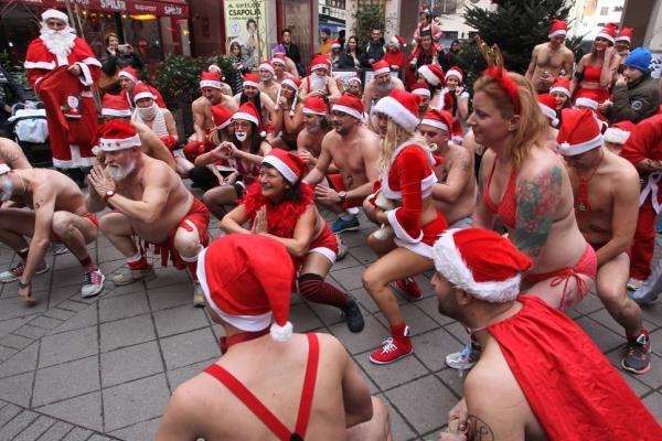 匈牙利圣诞老人开跑 为慈善募捐