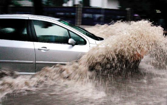 只需一个动作 雨雪天再也不担心弄湿车内