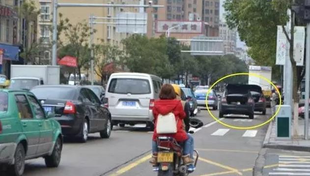 违规停车时 用一招假装车内有人却难逃罚单