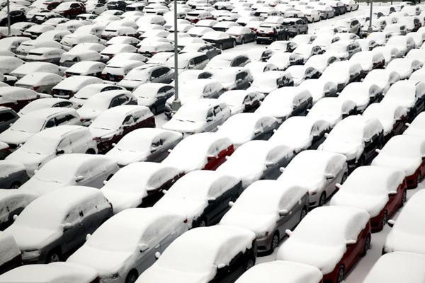 美国芝加哥寒潮来袭 车辆遭积雪覆盖逾千航班被取消
