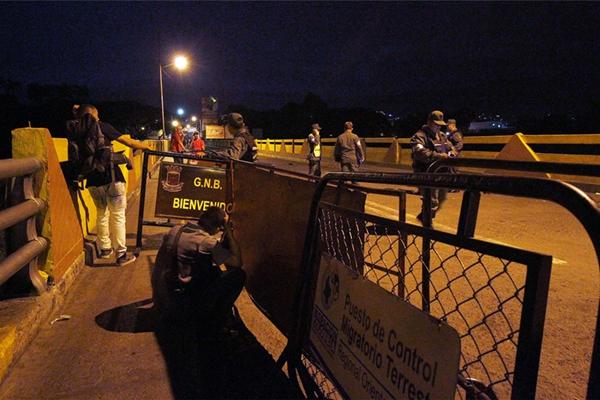 """委内瑞拉政府打击黑帮""""囤钱"""" 封锁与哥伦比亚边境72小时"""