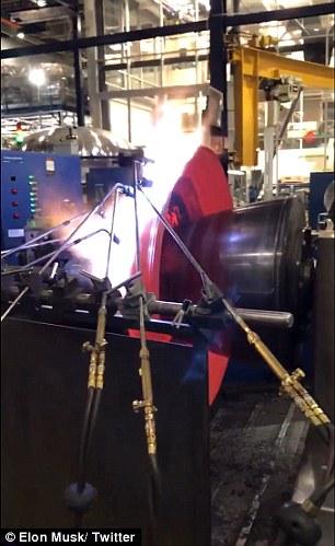 SpaceX推迟发射后续:马斯克发布火箭制造视频