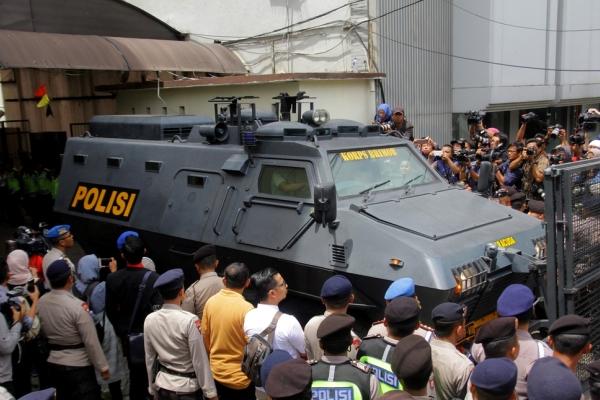 印尼华裔首长钟万学出庭受审 坐装甲车遭民众围堵