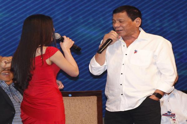 杜特尔特访柬埔寨又开金嗓 深情演绎男女对唱