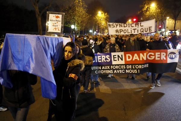 法国警察抬棺木示威 抗议执法环境恶劣