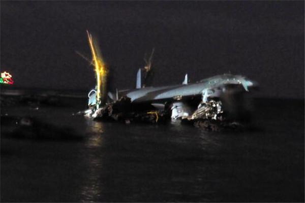 """美军一架""""鱼鹰""""运输机冲绳附近坠海"""