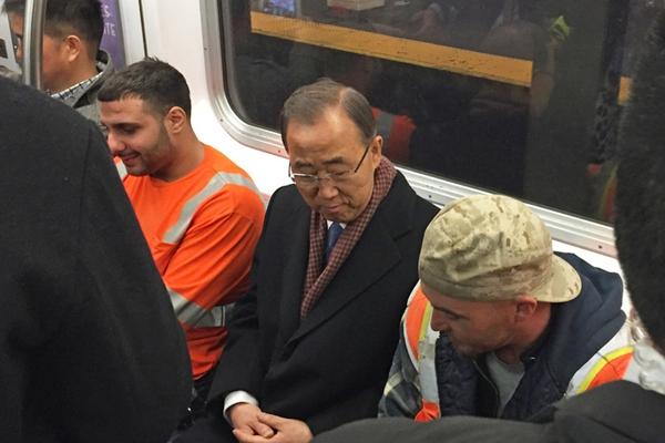 潘基文不带保镖搭乘纽约地铁 与市民坐在一起