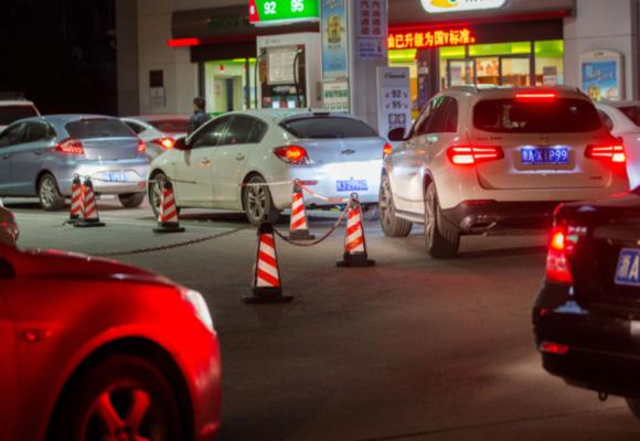 油价创四年来最大涨幅 车主深夜排队加油
