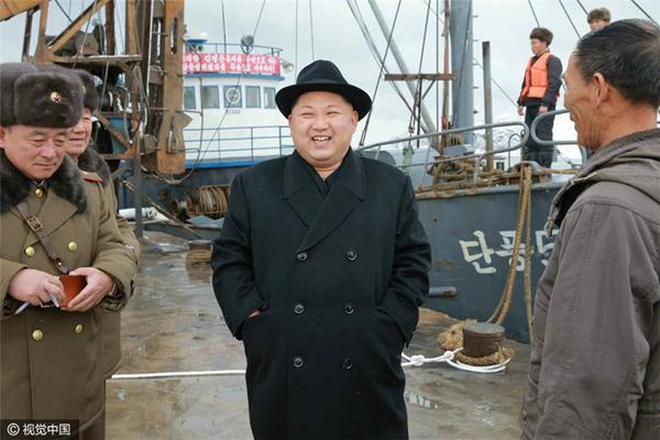 金正恩视察朝军水产事业所笑容满面 冻鱼堆积如山