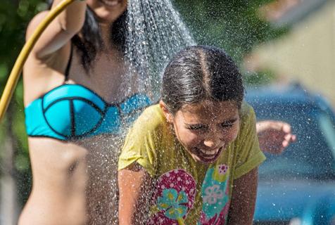 智利迎来百年最高温 民众浇水解暑