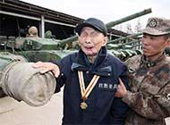 94岁抗战老兵摸到国产坦克落泪