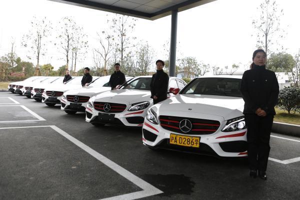 上海一驾校教练车全是奔驰受女性欢迎 学费超万元