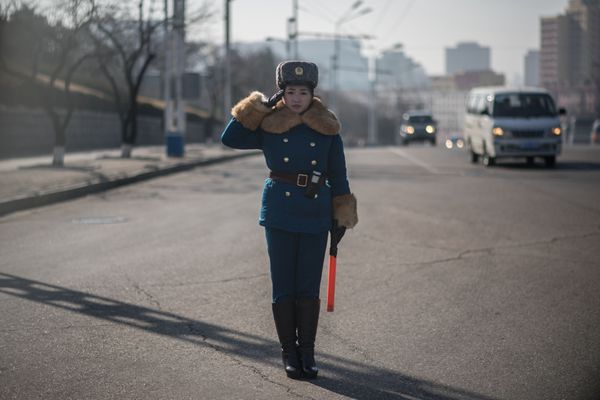 朝鲜街头女交警英姿飒爽 成靓丽风景线