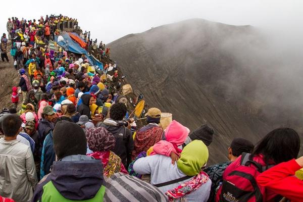 爬到火山口祈好运 走近印尼神奇的Yadnya Kasada节