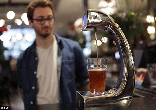 伦敦酒吧推出自助付费酒泵 刷卡即可饮酒