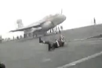 悲剧的甲板小哥被舰载机吹飞