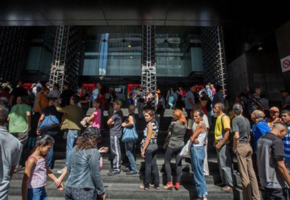 委内瑞拉货币贬值严重 民众银行排队取钱