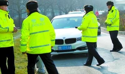 司机因母亲去世奔丧 雾霾天双号车破例被放行