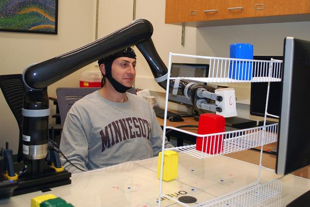 这款机械臂可以用意念控制 帮助残疾人拿东西