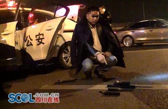 男子携管制刀具被抓 被铐手铐时兴奋拍照留念