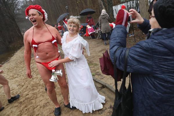 """德国""""圣诞老人""""穿红色比基尼参加冬泳"""