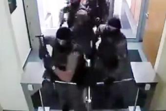 乌克兰特警被一道门禁拦住