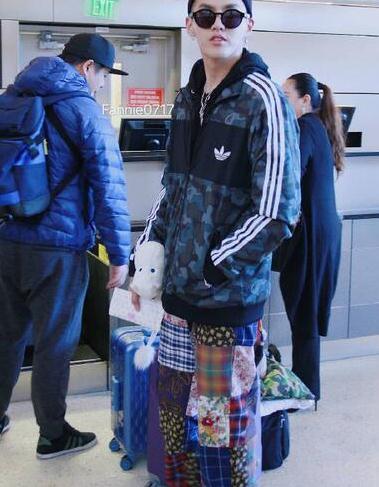 迷之品味!继和大妈撞羽绒服后 吴亦凡又穿上了奶奶裤