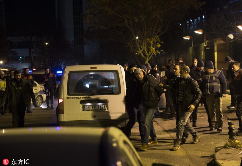 不明身份男子在美驻土耳其使馆外开枪 被警方控制