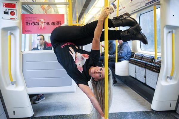 伦敦地铁上公益组织成员上演柔术杂技