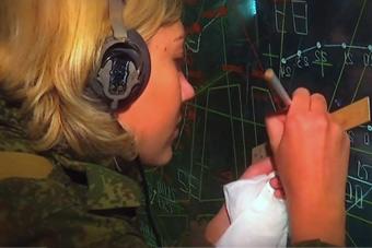 俄军女兵执掌S400防空导弹?