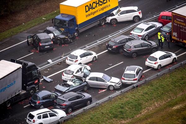 法国大雾导致连环车祸 已致6死40余伤