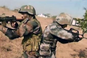 中印两军士兵并肩作战画面