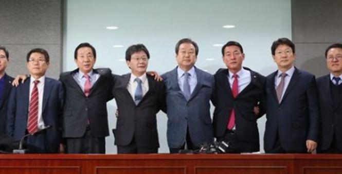 首次分裂!韩执政党35名议员宣布于27日退党 抗议朴槿惠