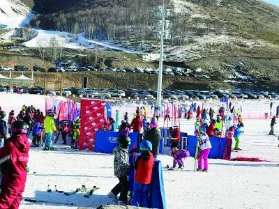 氧吧崇礼雪场连日爆满 万龙雪场大学生免费滑