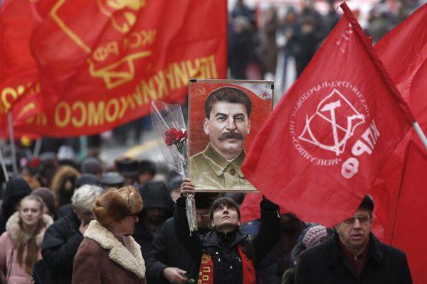 俄罗斯民众为斯大林扫墓 纪念其诞辰137周年