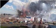 实拍墨西哥烟花市场爆炸 现场浓烟滚滚