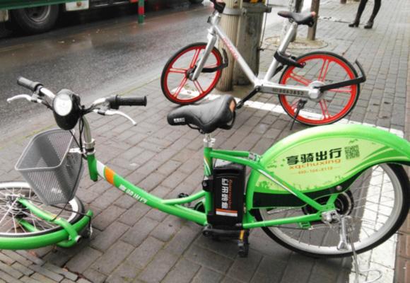 """上海街头共享单车频现损坏 车座""""不翼而飞"""""""
